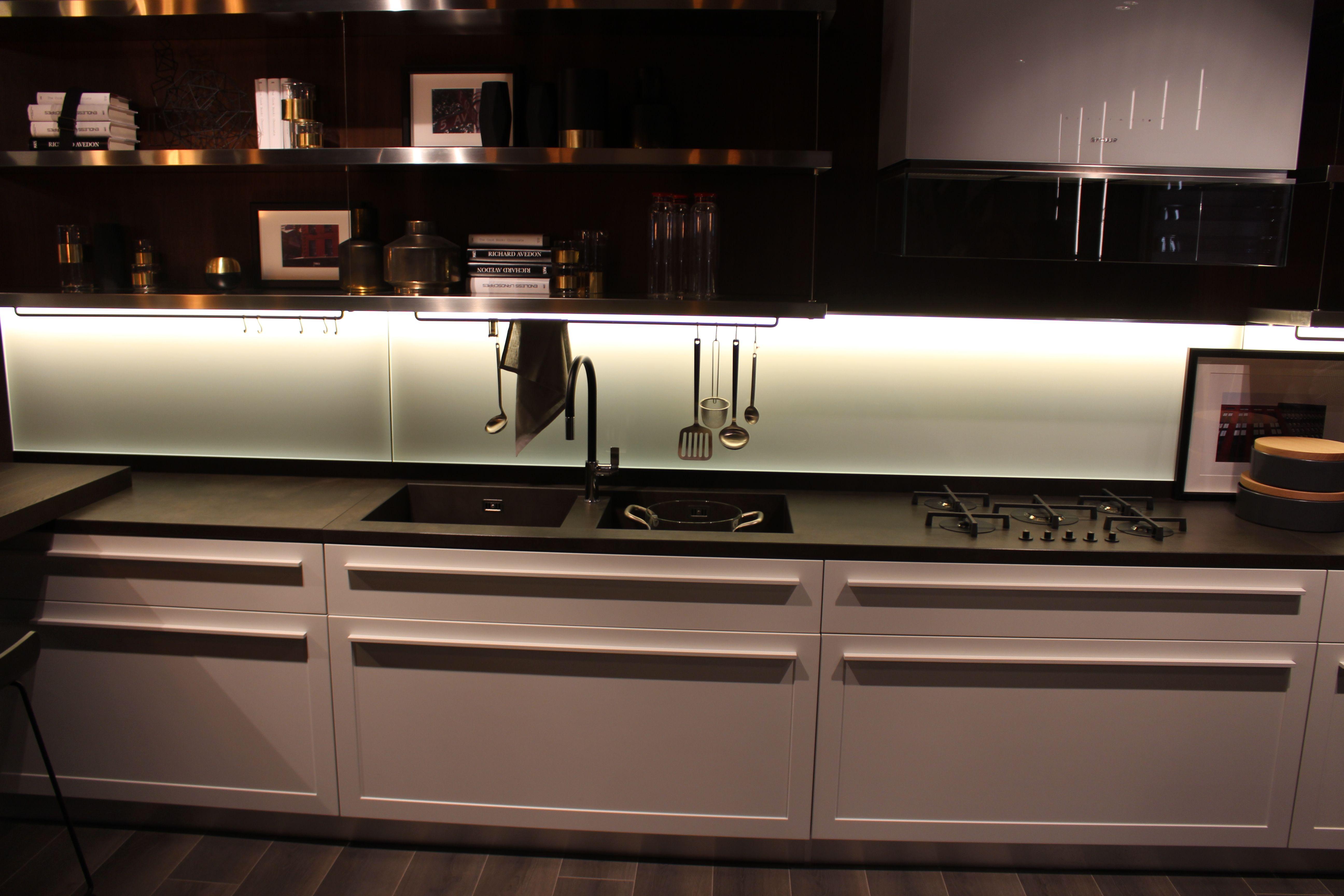 Scavolini Küche - Front - dünne Leiste mit Einkerbung in der Mitte ...