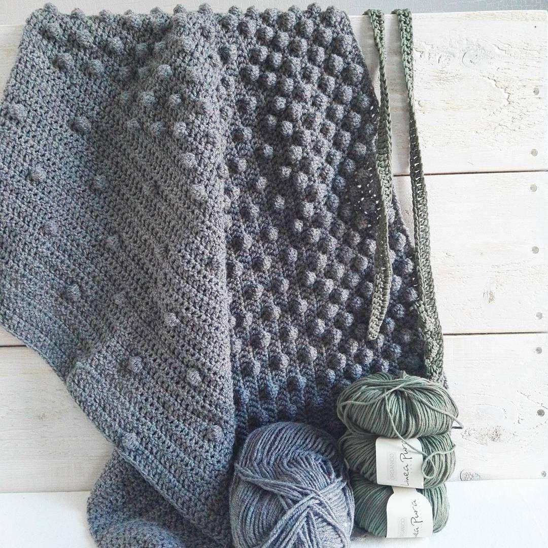 """""""De bolletjesdekens zijn geliefd! Ik ben begonnen aan een donkergrijze en groene, ze worden leuk! ✴ #crochet #haken #bolletjeskleed #gehaakteplaid…"""""""