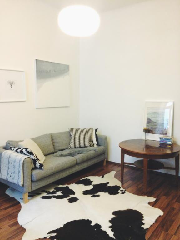 die gemutliche couch ist das zentrum in jedem wohnzimmer mit gemusterten kissen und decken kann