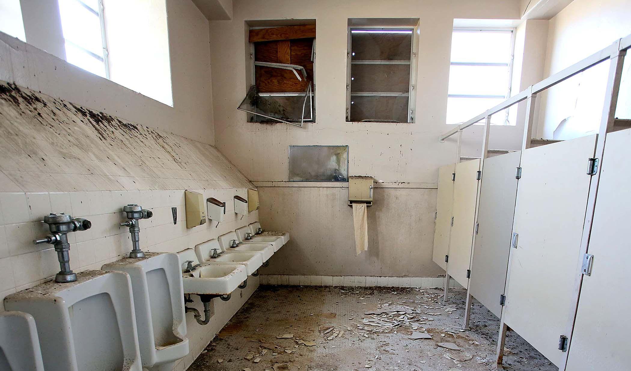 bildresultat fr old school bathroom - School Bathroom Design