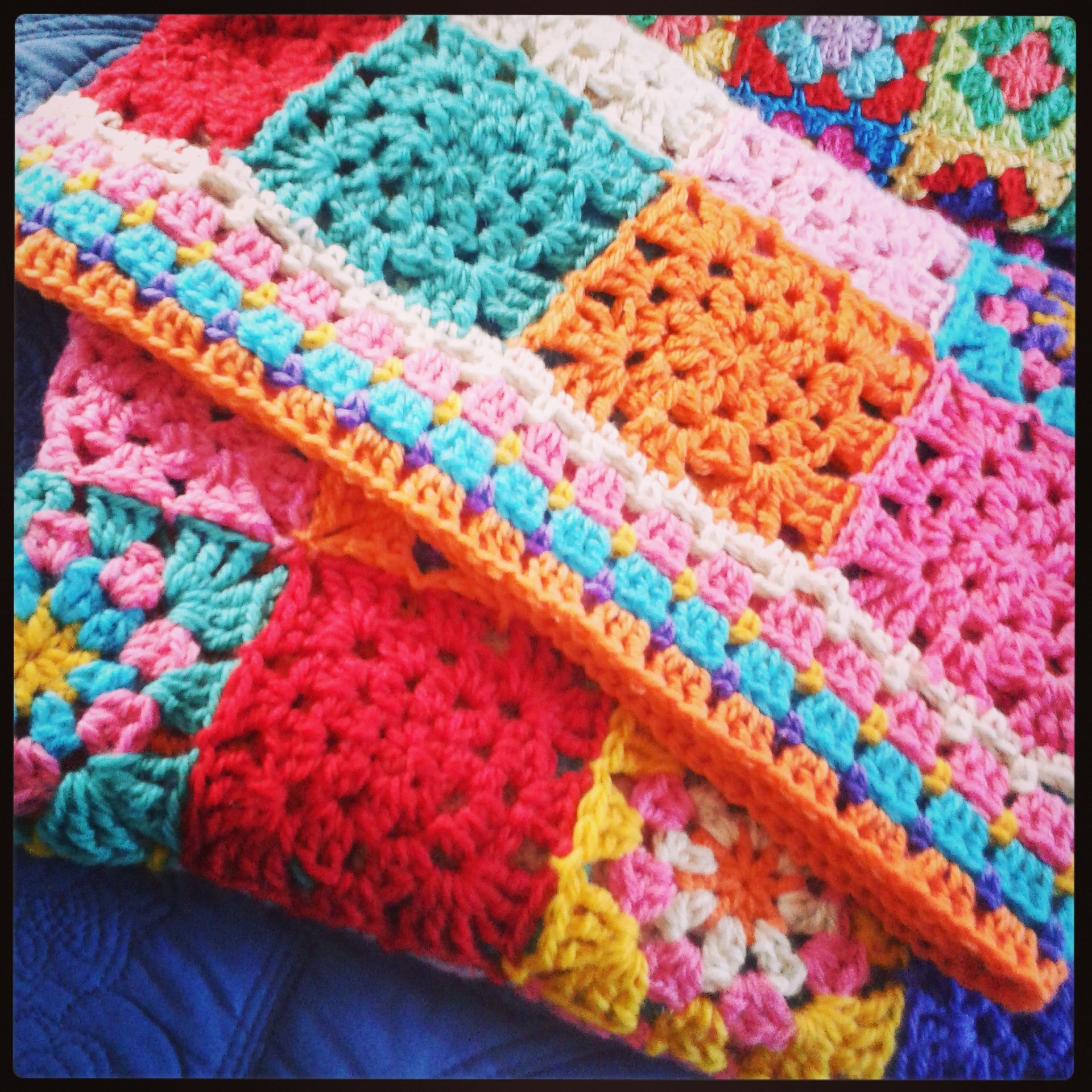 Colour bomb blanket - crochet by The little bee