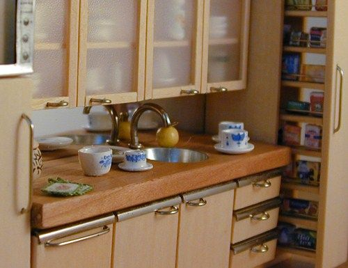 Dollhouse kitchen- how to use paper clips for furniture handles + miniature chairs | Source: Wil Minidesign