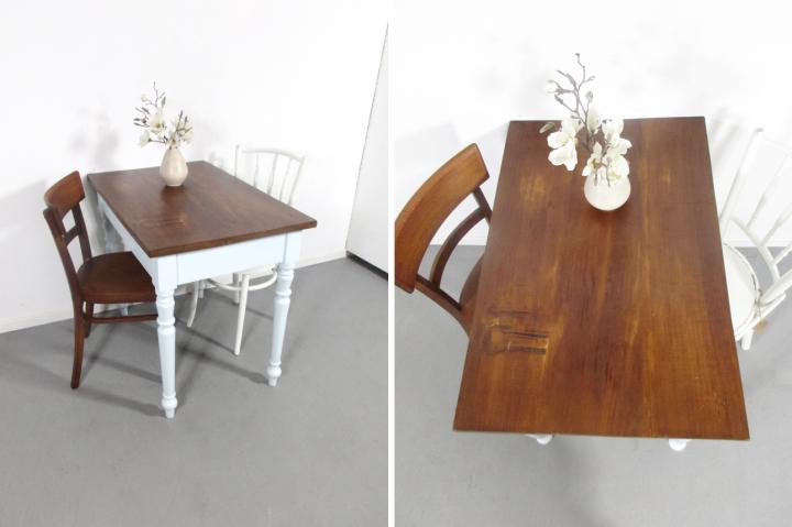 SOLD: Hellgrauer Tisch mit gedrechselten Beinen Retro