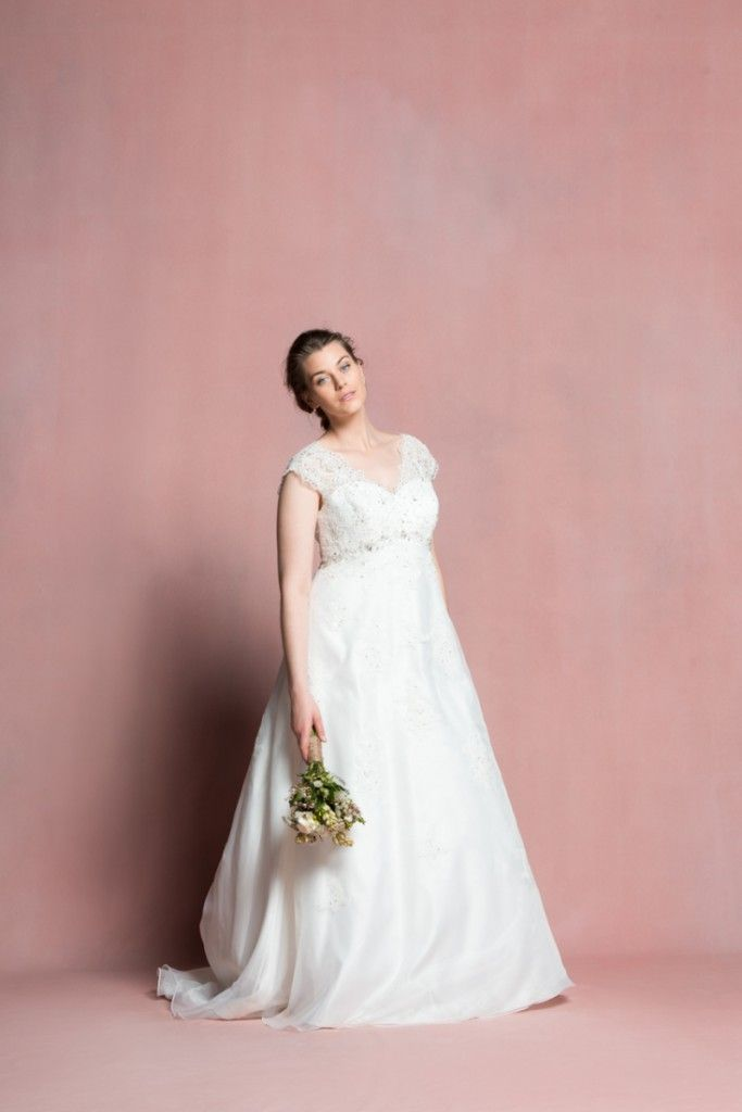navabi dit oui des robes de mari e pour les femmes rondes wedding dress wedding and weddings. Black Bedroom Furniture Sets. Home Design Ideas
