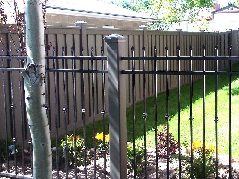 A Trex Fence Post Is A Perfect Compliment To An Ornamental Iron Panel Rather Than Use A Small Black Metal Post Consider A Trex Post It Won T Require Sta Zabor