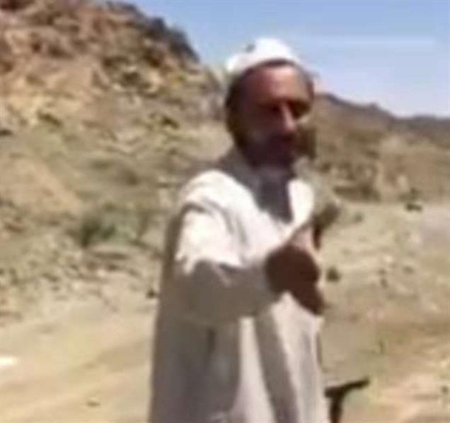 بالفيديو.. وافد يتطوع بتنظيف طريق من الحجارة والصخور في بيشة