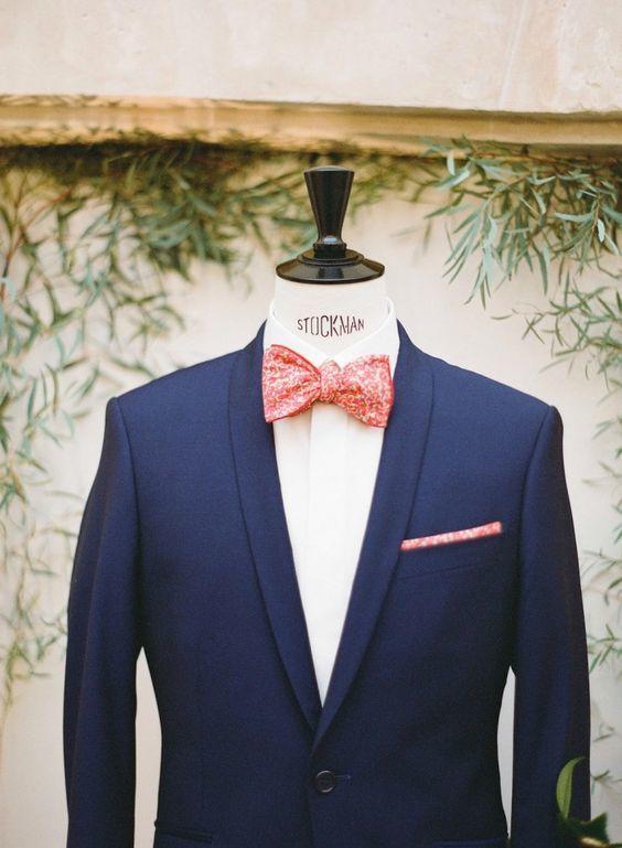 Joli noeud papillon en accord avec la pochette sur un costume bleu, idéal  pour un mariage  noeudpapillon  pochette  costume  homme  look  mode   wedding dabdf16b0ee