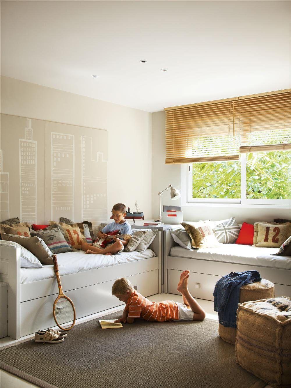 Una habitaci n decorada con n meros y letras dormitorio - Habitaciones infantiles compartidas ...