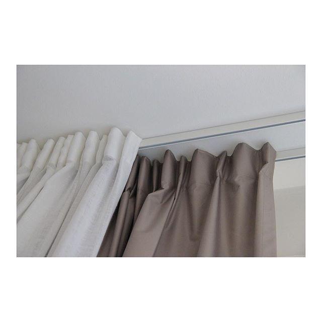Mörkläggande gardiner är en väldigt populär, snygg och efterfrågad lösning bland våra kunder. I morgondagens Äntligen Hemma kommer Karin Mannerstål ta sig an ett sovrum med fokus på god sömn. @mywindow_world har sponsrat @antligenhemma med gardinskena och mörkläggningsgardiner. Programmet sänds imorgon tisdag 5 april kl 20.00