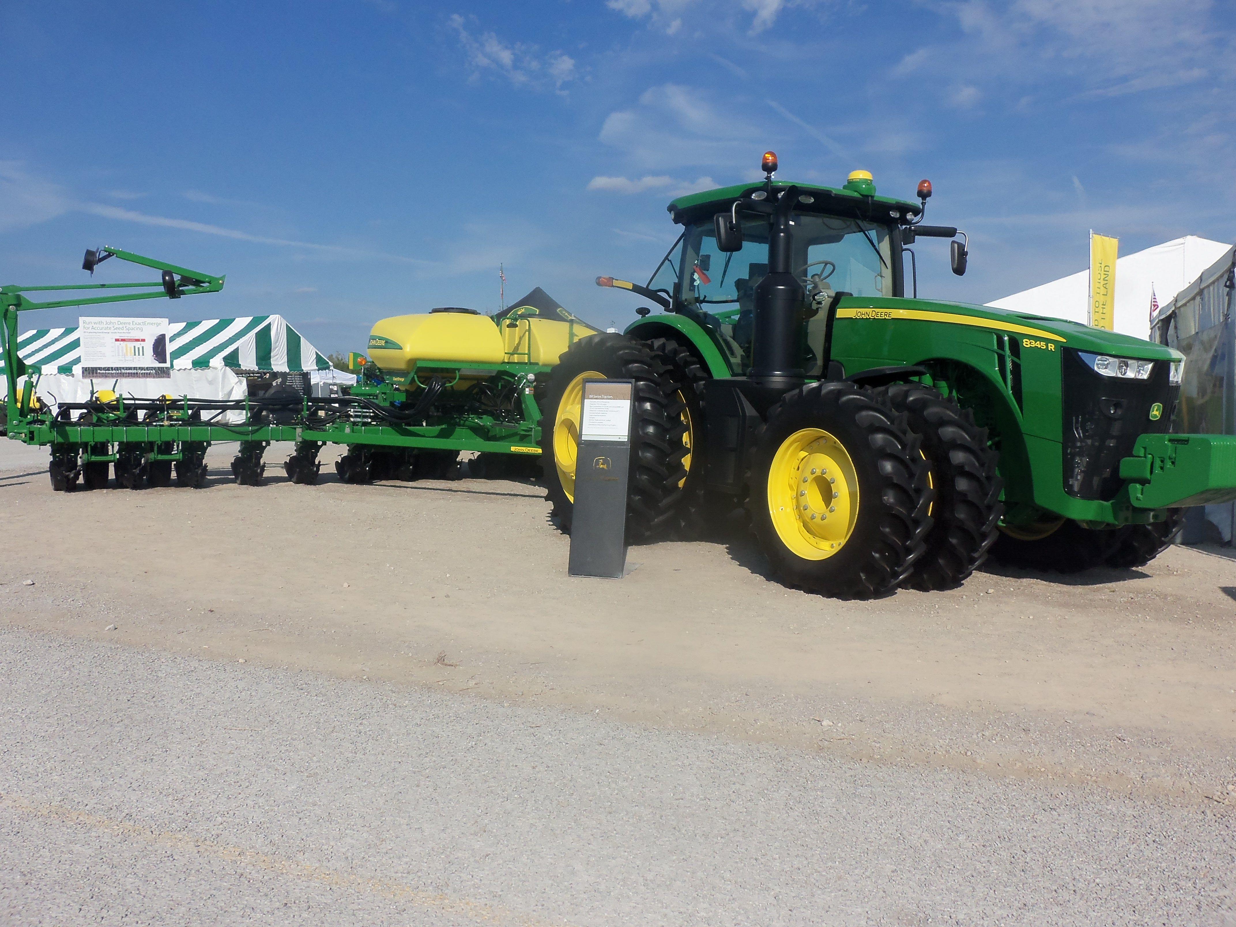 John Deere 8345r Hooked To 16 Row Exactemerge 1775nt Corn Planter