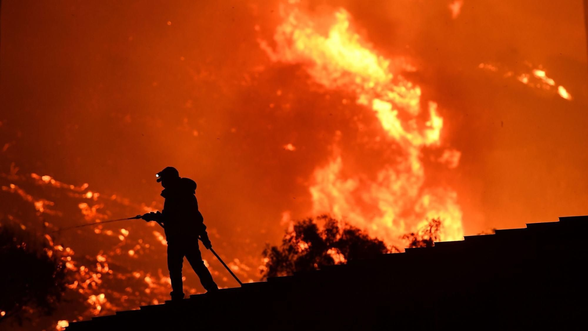 More Than 400 Structures Destroyed In 115 000 Acre Ventura County Wildfire California Wildfires California Climates