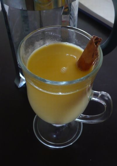 Caspiroleta: Ingredientes  2 tazas de leche fresca  1 onza de pisco acholado  2 o 3 cucharaditas de azúcar rubia según el gusto  1 ramita de canela  1 clavito de olor  Canela en polvo  1 cucharadita de vainilla  1 huevo    Hervir la leche en una cacerola junto a la canela, clavo de olor y azúcar.  Batir el huevo e ir agregando la vainilla y el pisco. Agregar la leche con cuidado y sin dejar de batir. Servir inmediatamente y espolvorear con la canela en polvo. Beber en la camita bien…