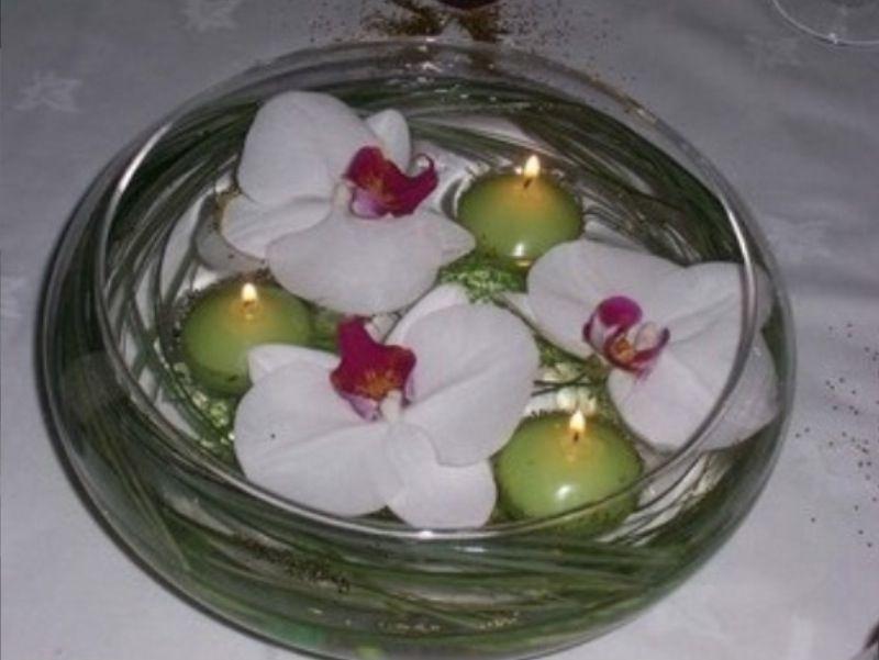 d coration table ronde par exemple orchid es blanche et bougies corail ou fleur de couleur et. Black Bedroom Furniture Sets. Home Design Ideas