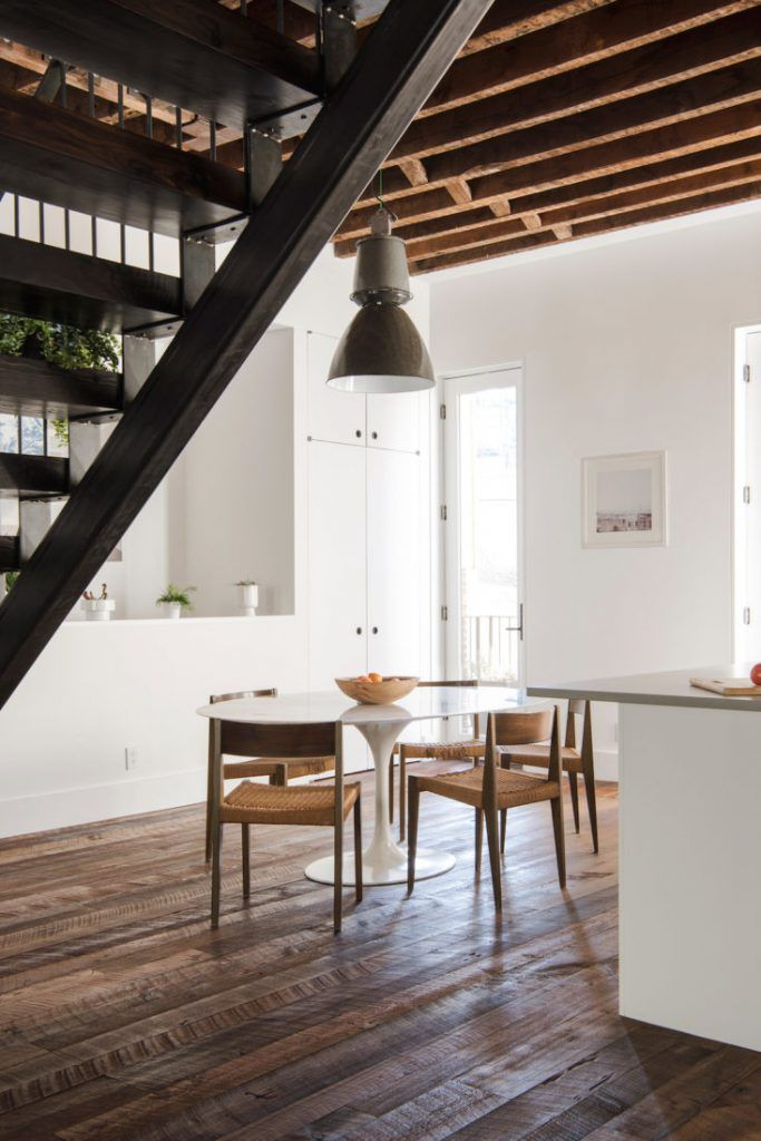 Eettafel in een woonkamer met open keuken