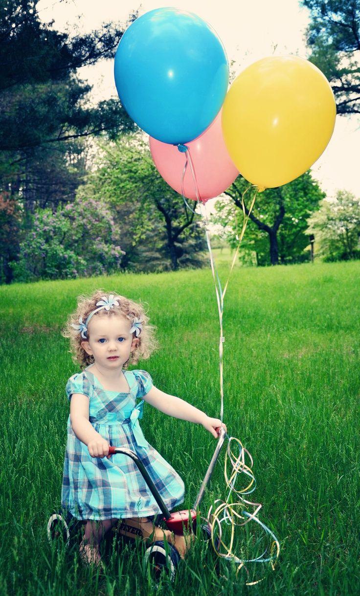 Niña con sus globos. #kidsphotography #ballons #grass #photography #photoidea