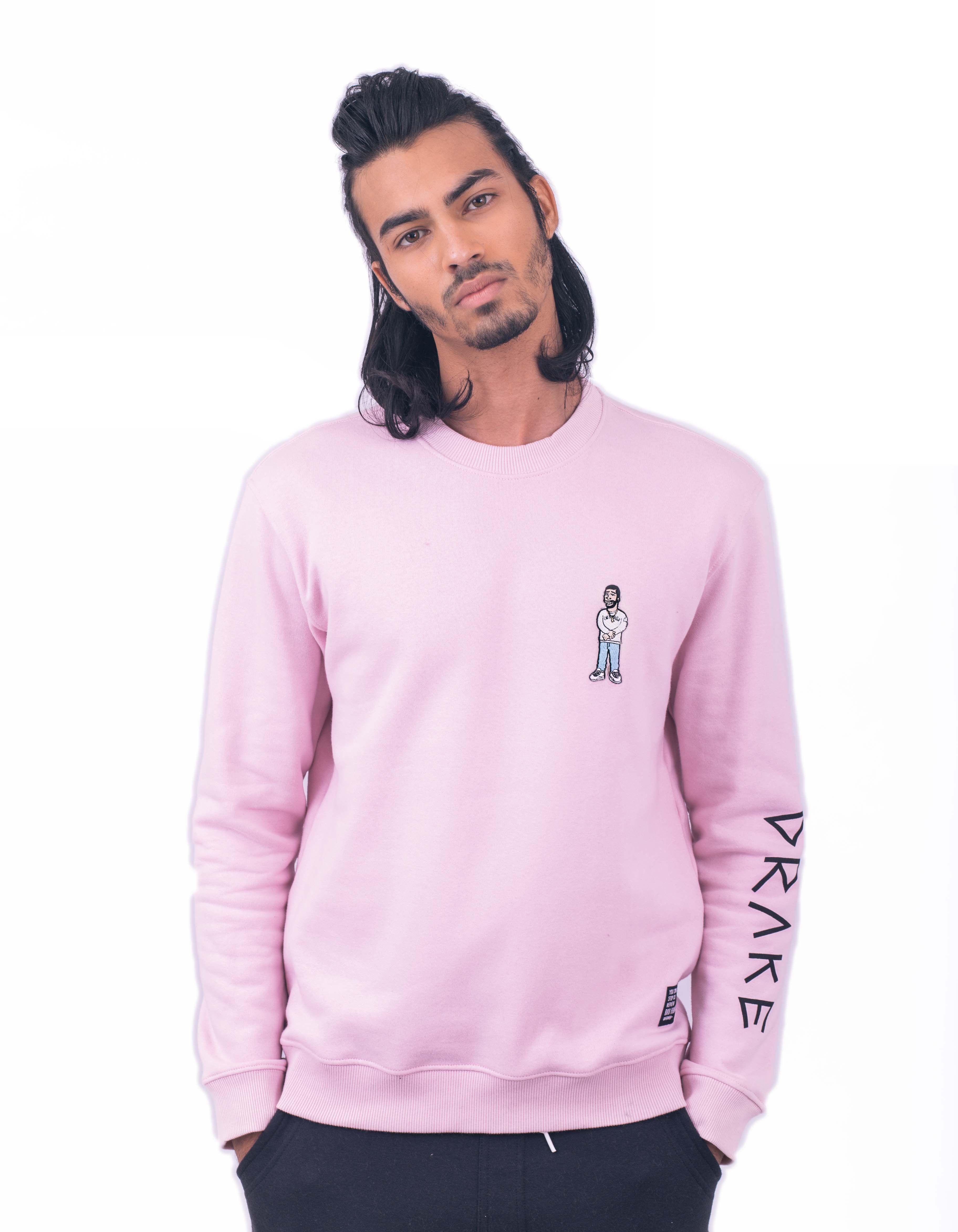 Collab exclusiva com o ilustrador alemão Zhi. O modelo tem 1,72 e usa M.  Moletom rosa com Patch Bordado do rapper Drake.  Entrega via sedex em até 03 dias úteis , via pac de 05 a 07 dias úteis para capitais.  Frete grátis para compras acima de R$ 200,00.