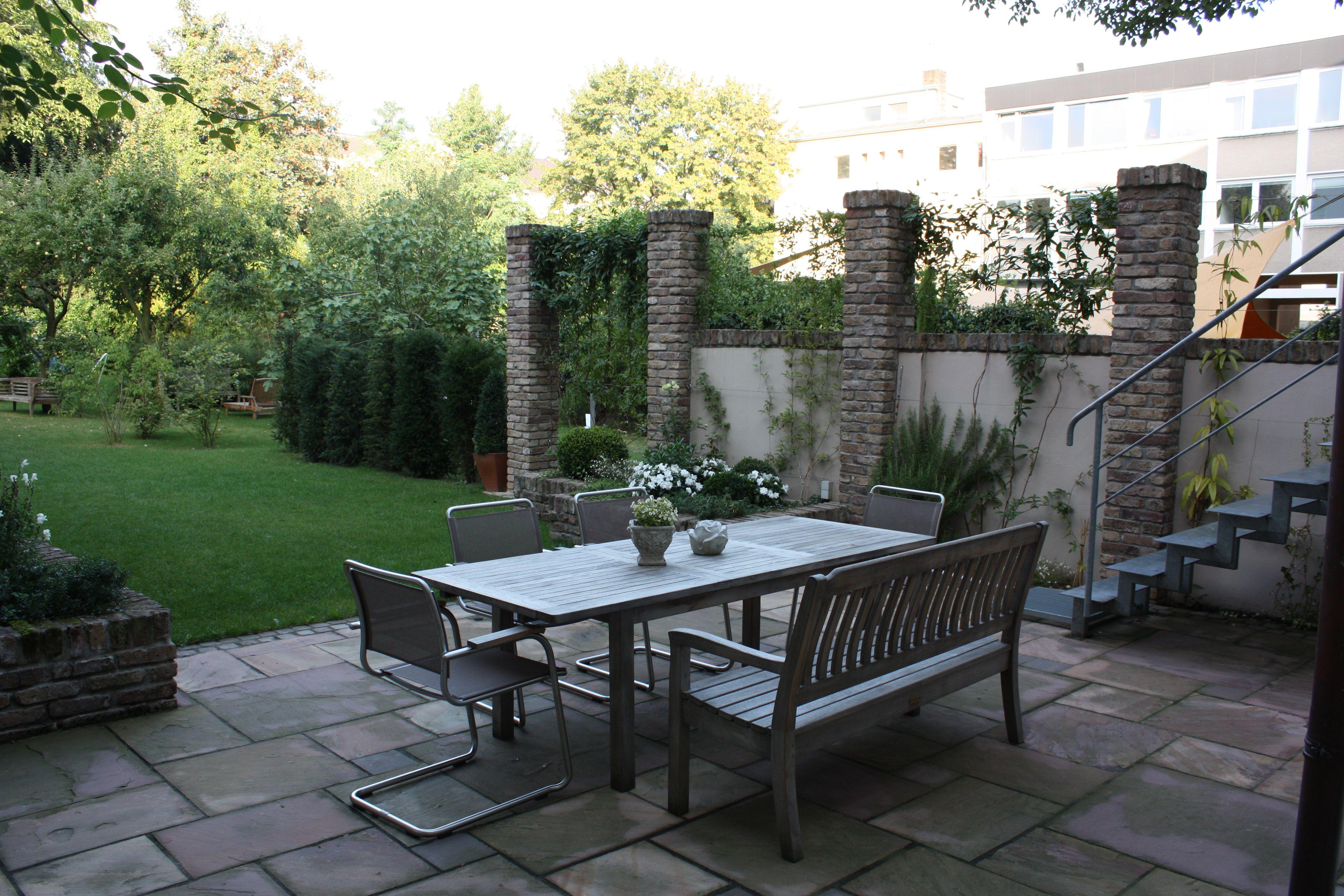 urige terrasse im klassischen stil klinker s ulen und hochbeete von rheingr n gartengestaltung