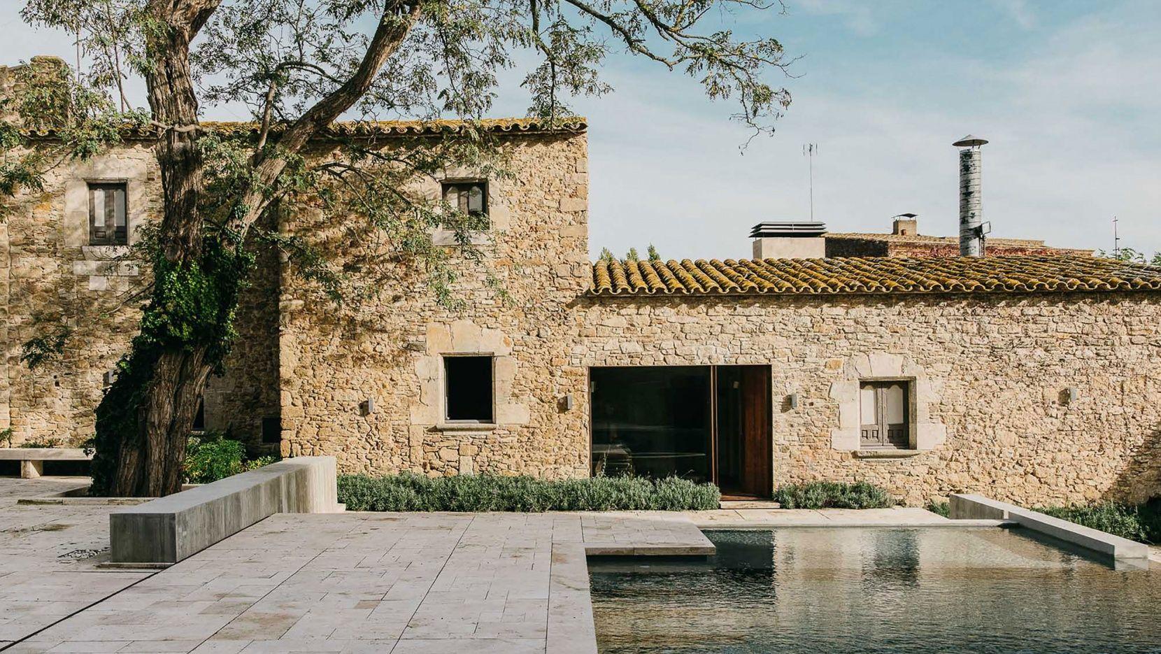 A garden of carved stone by mesura architects in for Piletas de campo