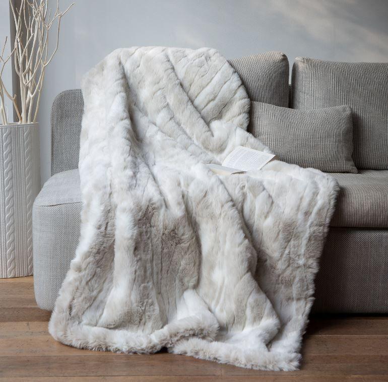 un plaid en fausse fourrure loup blanc plus vrai que nature ce plaid tout doux est parfait. Black Bedroom Furniture Sets. Home Design Ideas