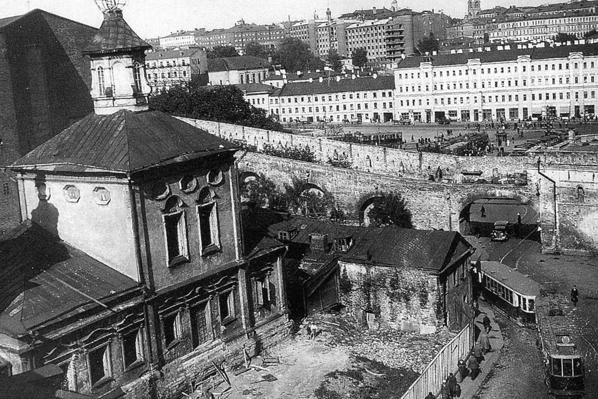 Варварские (Варваринские) ворота Китай-города незадолго до ...