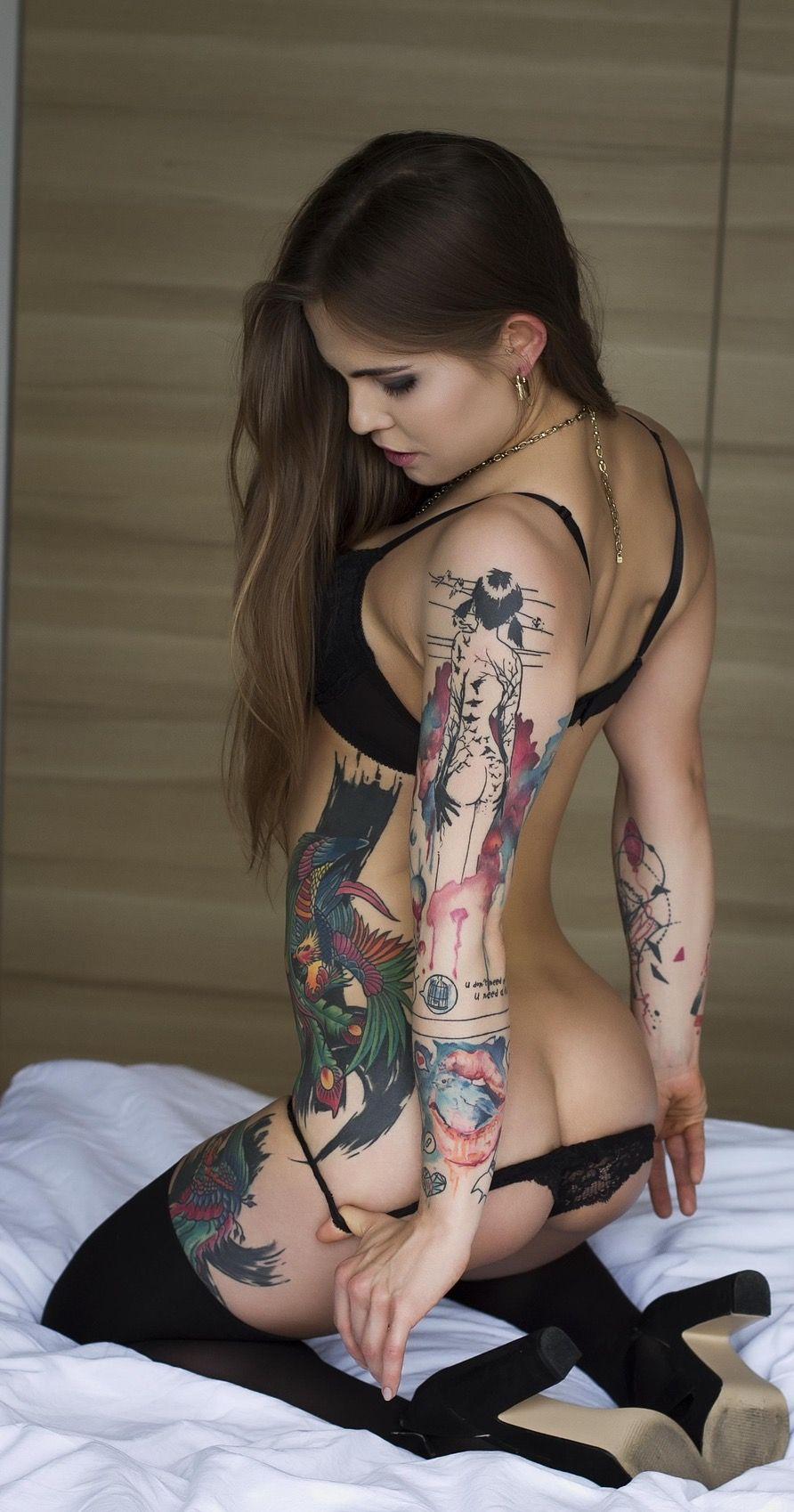 Секси девочка с татуировкой