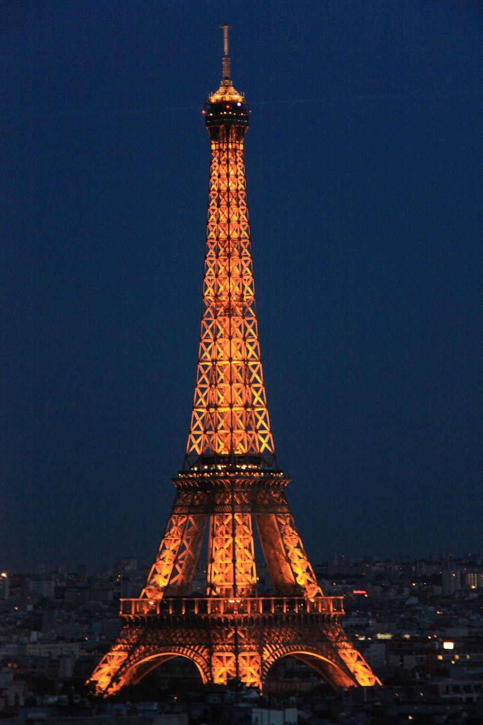 Foto La Torre Eiffel iluminada en París - Ociogo