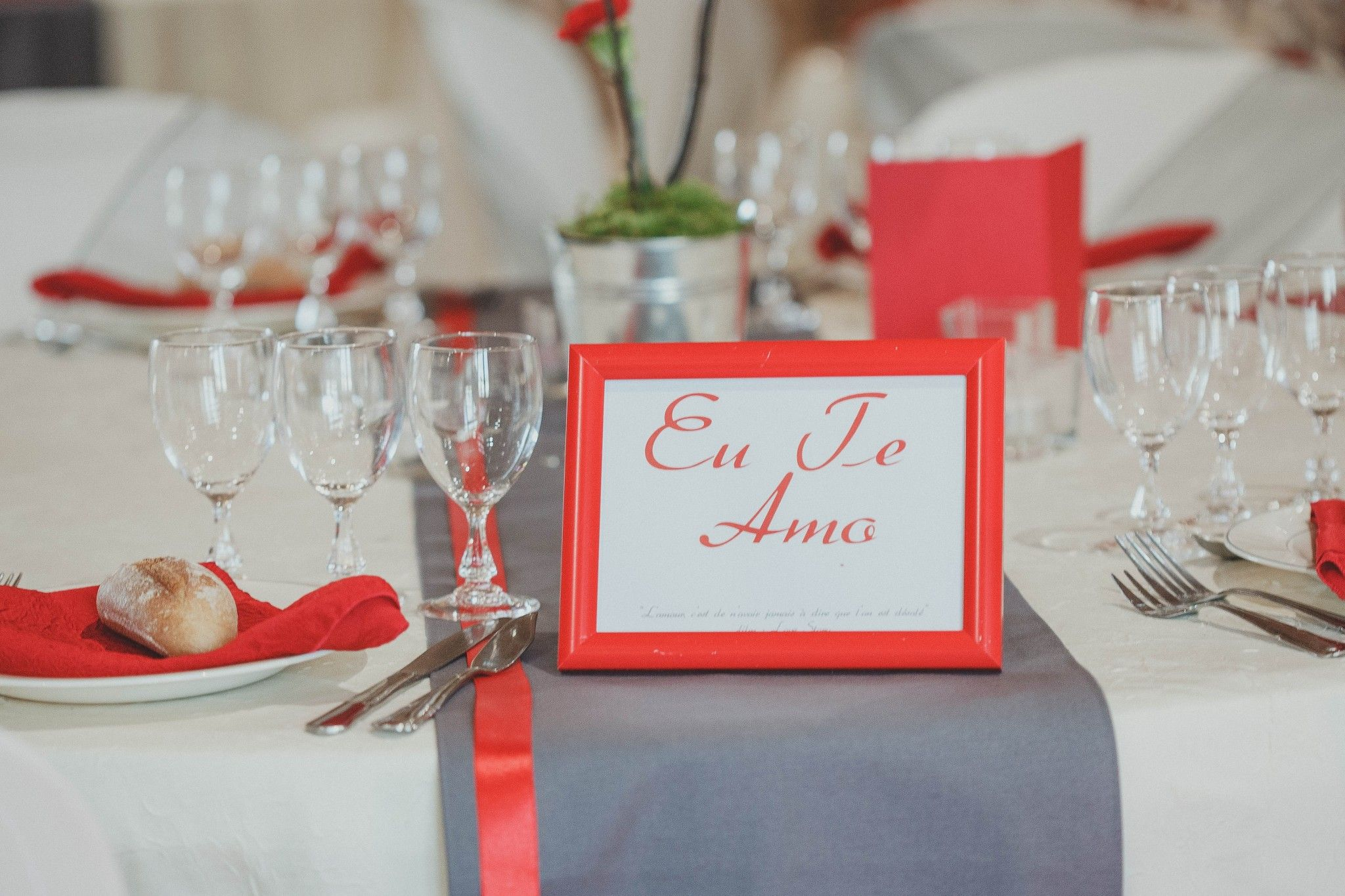 d coration mariage rouge et gris les bulles de bonheur. Black Bedroom Furniture Sets. Home Design Ideas
