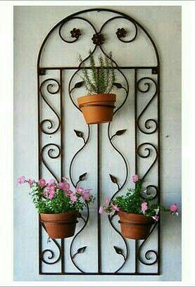 Pingl par braam sur yard pinterest jardins patios et mobilier jardin - Fixation murale pot de fleur ...