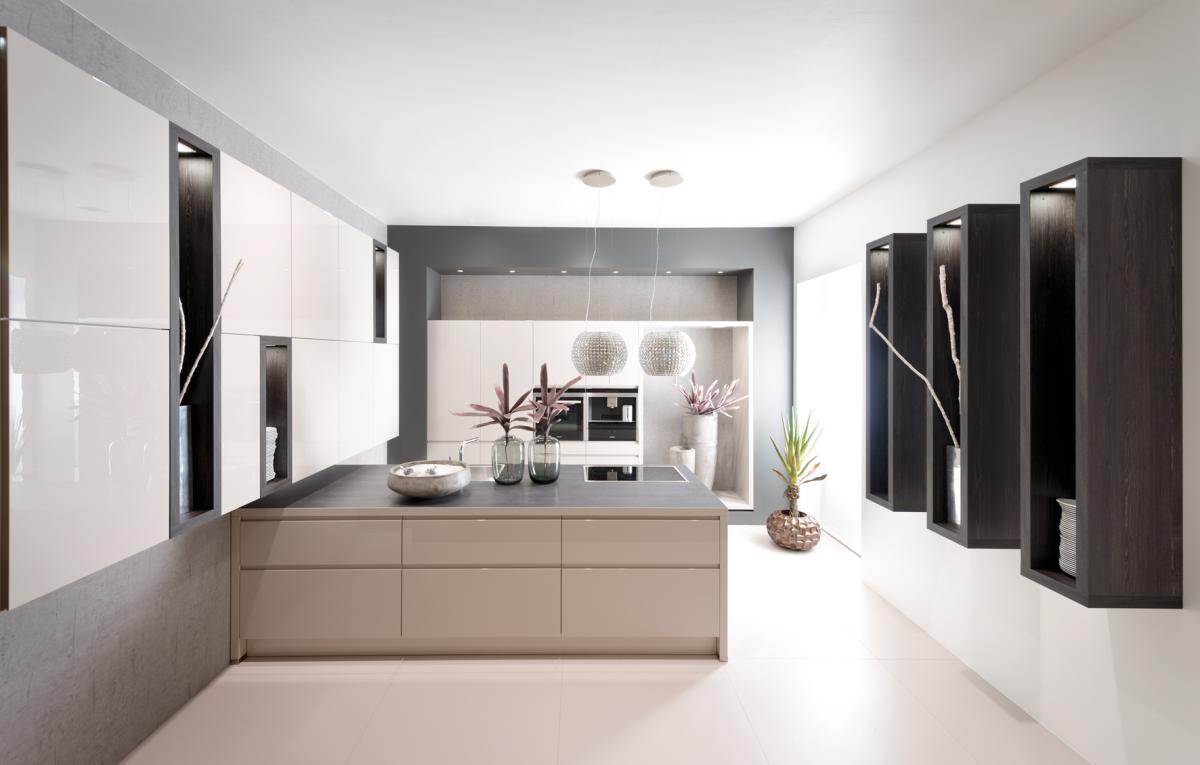 Moderne keuken met beige keukenkasten kookeiland en zwarte