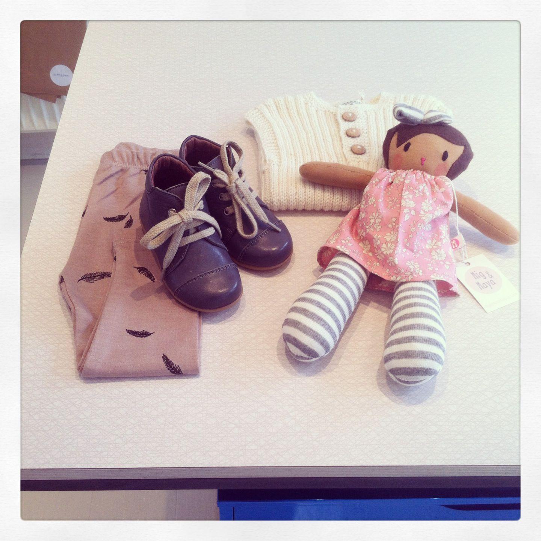 GRO leggings med fjer, Petit Nord prewalkersko, Asta & Alfred ribvest og Mig&Maya dukke.