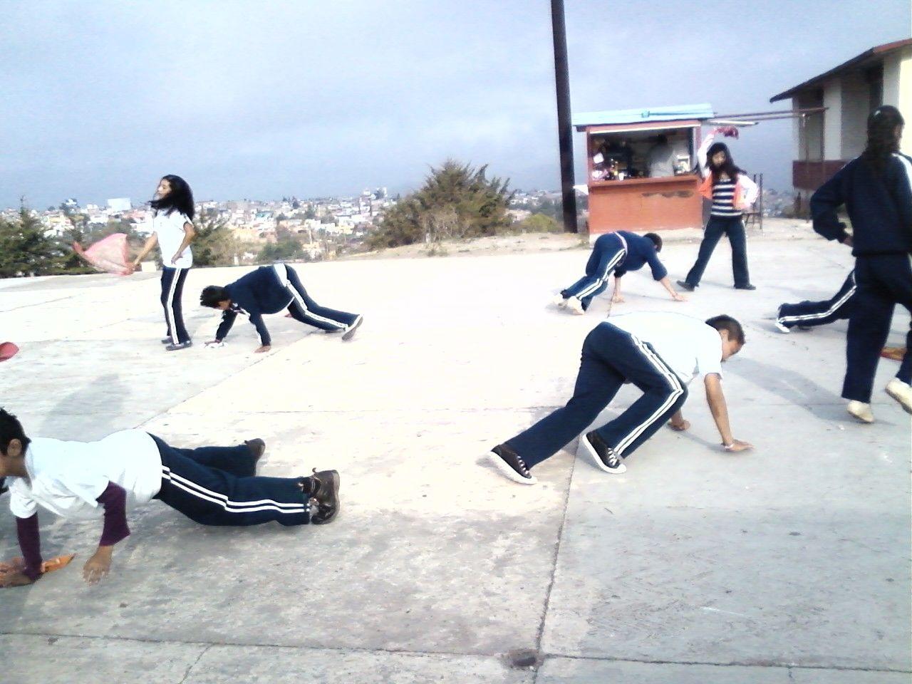 """Con la danza el alumno adquiere y desarrolla habilidades y destrezas básicas, tareas motrices específicas, cualidades físicas básicas,  habilidades perceptivo-motoras , adquiere conocimiento y control corporal, aumenta las posibilidades expresivas y comunicativas y favorece la interacción entre los individuos. En la foto alumnos de segundo grado de secundaria interpretando """"La Iguana"""""""