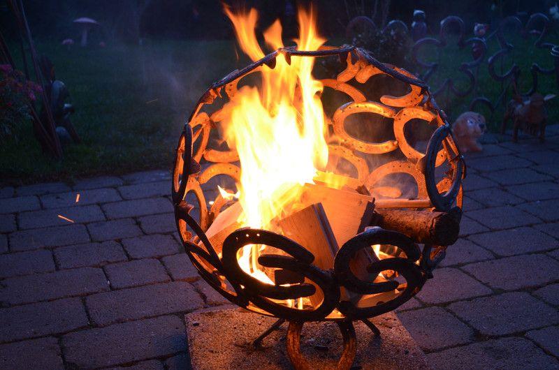 Feuerkugel Feuerkorb aus Hufeisen - feuertonne selber machen