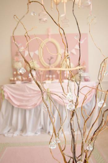 """Ainda no tema """"Princesas"""". Uma linda moldura de espelho e galhos secos fazem maravilhas."""