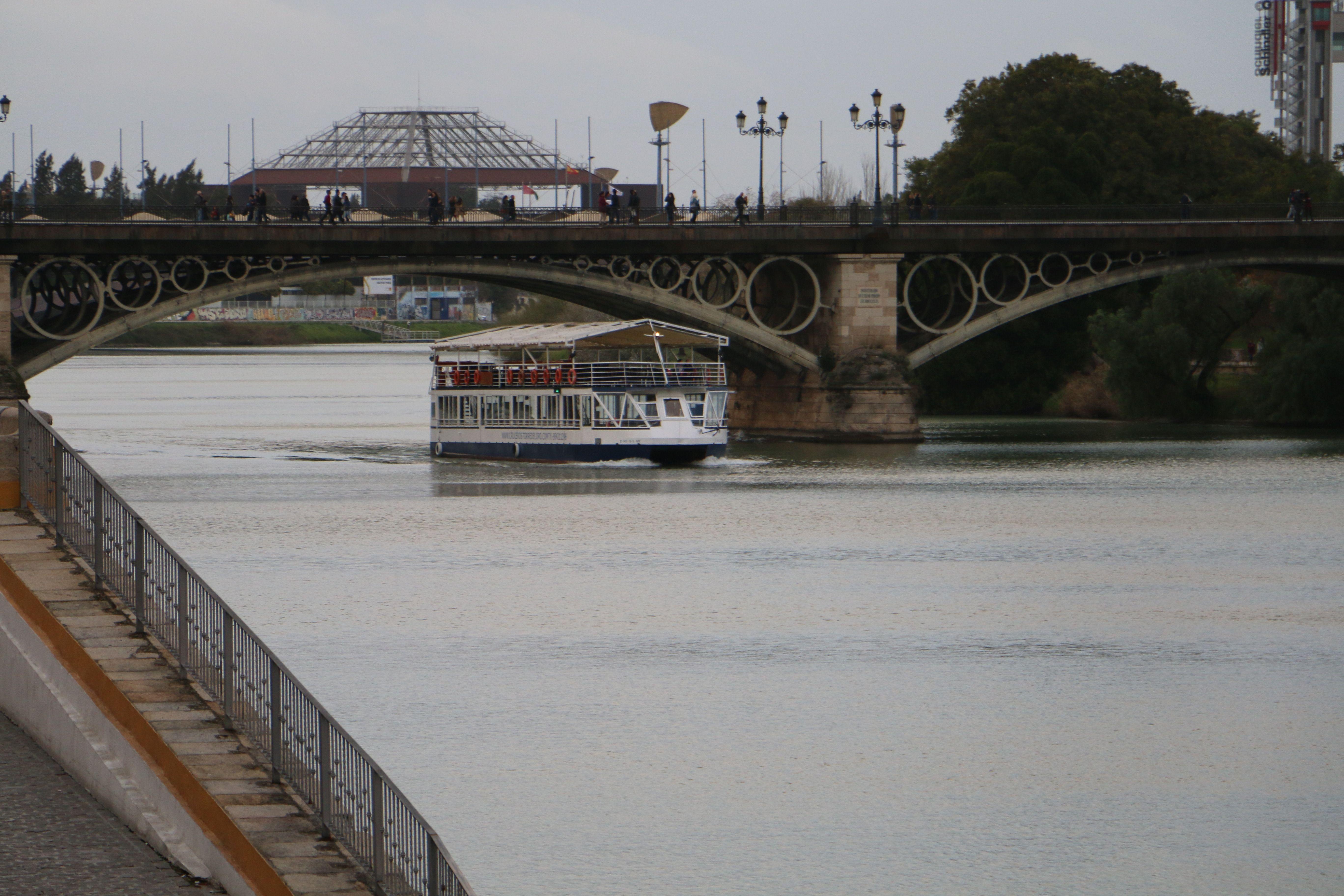 Sevilla puente de triana puente que une el centro de for Alquiler de casas en sevilla centro