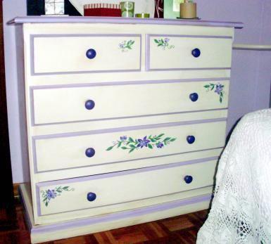 ¿Puedo pintar madera sin lijar ni decapar?: Cómoda pintada y decorada, anteriormente con un acabado barnizado