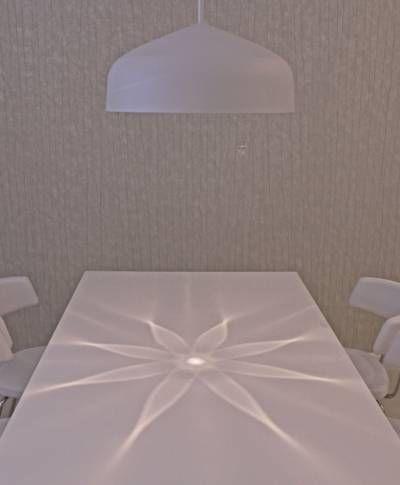 """Valaisin soveltuu erinomaisesti olohuoneen tai ruokailutilan pöydän päälle. Valaisimen uniikilla heijastuskuviolla voit """"kattaa pöydän"""" valolla. Kaunis yksityiskohta on valaisimen riippukytkin, jossa on kaksoistoiminne. Voit halutessasi kytkeä päävalon päälle, jolloin valaisin todella valaisee huonetilan. Vaihtoehtoisesti voi kytkeä päälle vain tunnelmallisen heijastuskuvion."""