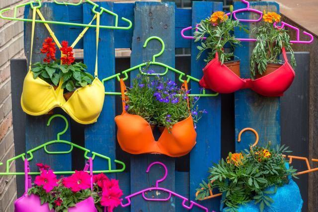 Jardines creativos 12 objetos reciclados convertidos en for Objetos decoracion jardin