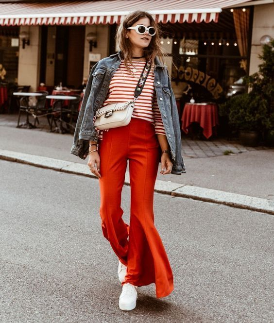 Red flared pants   Red striped top   Denim jacket   White sneakers   White sunglasses   Inspo   What to wear   How to wear flared pants   More on fashionchick.nl