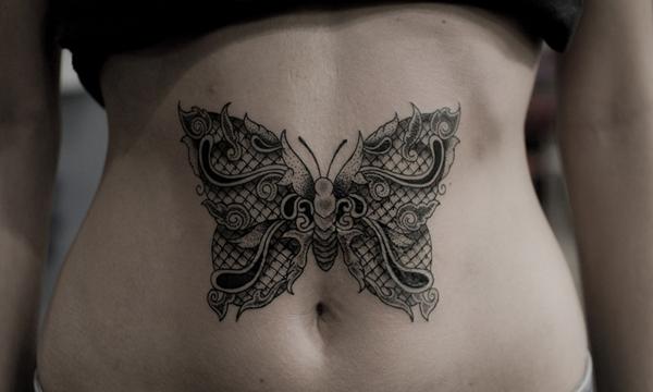 papillon en dentelle tatou sur le ventre d 39 une femme mod le de tatouage en dentelle. Black Bedroom Furniture Sets. Home Design Ideas