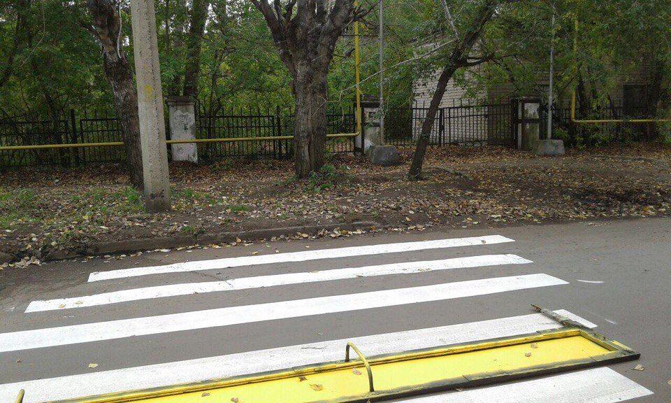 """От подписчика:   Пешеходные переходы в никуда!!!  По закону около школ должны быть пешеходные переходы, обозначенные светофорами,лежачими полицейскими и знаками. Правительство города Комсомольска решило что для безопасности детей достаточно нарисовать пешеходный переход, который вскоре будет покрыт снегом, при этом не подводя к нему дороги и должных обозначений. Чиновники в очередной раз поставят галочку в графе """"пешеходные переходы около школ"""", при этом набив свои карманы. К ним остается…"""