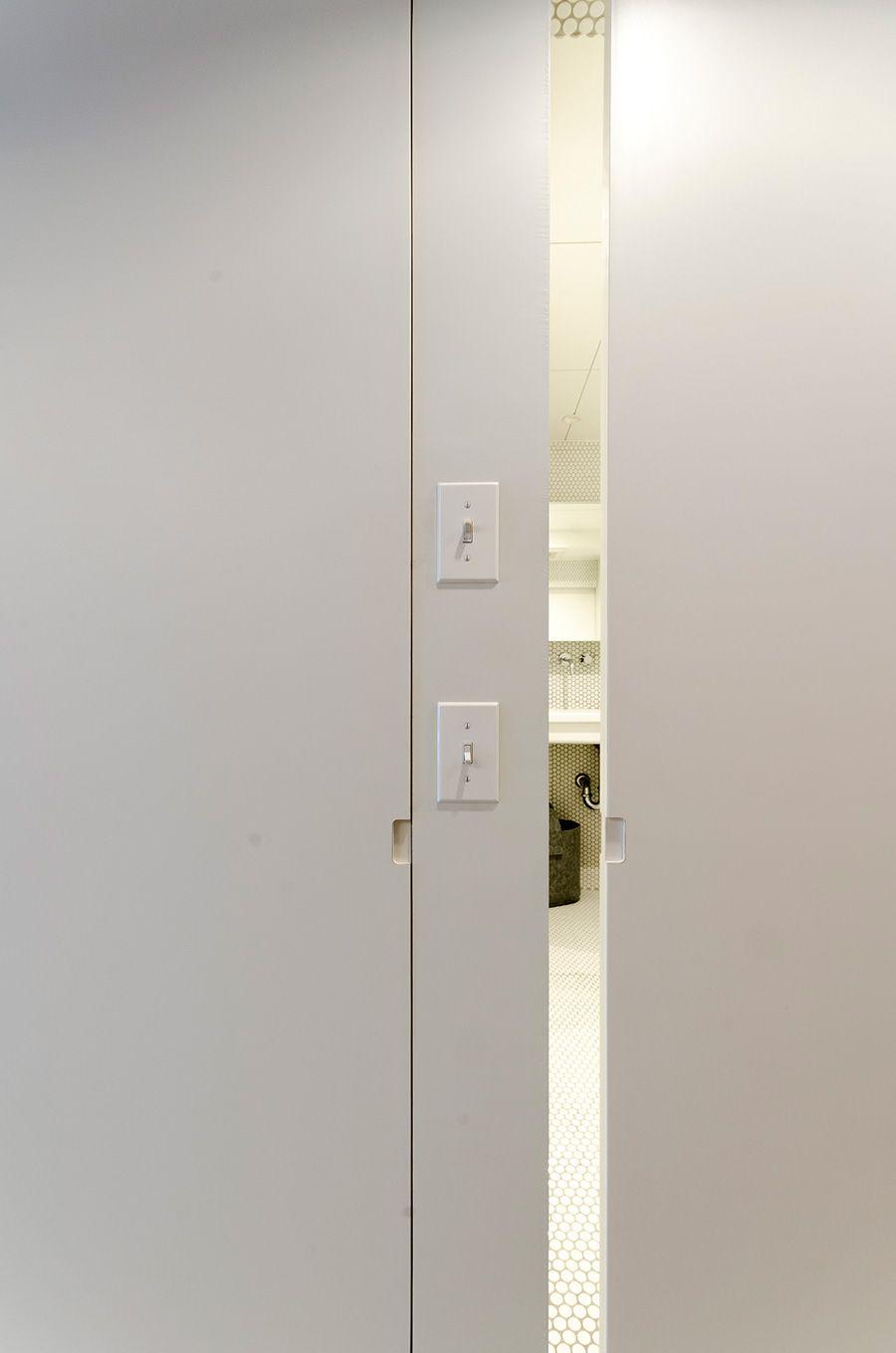 引き戸の引き手部分はかぎりなく目立たないデザインに 引き戸