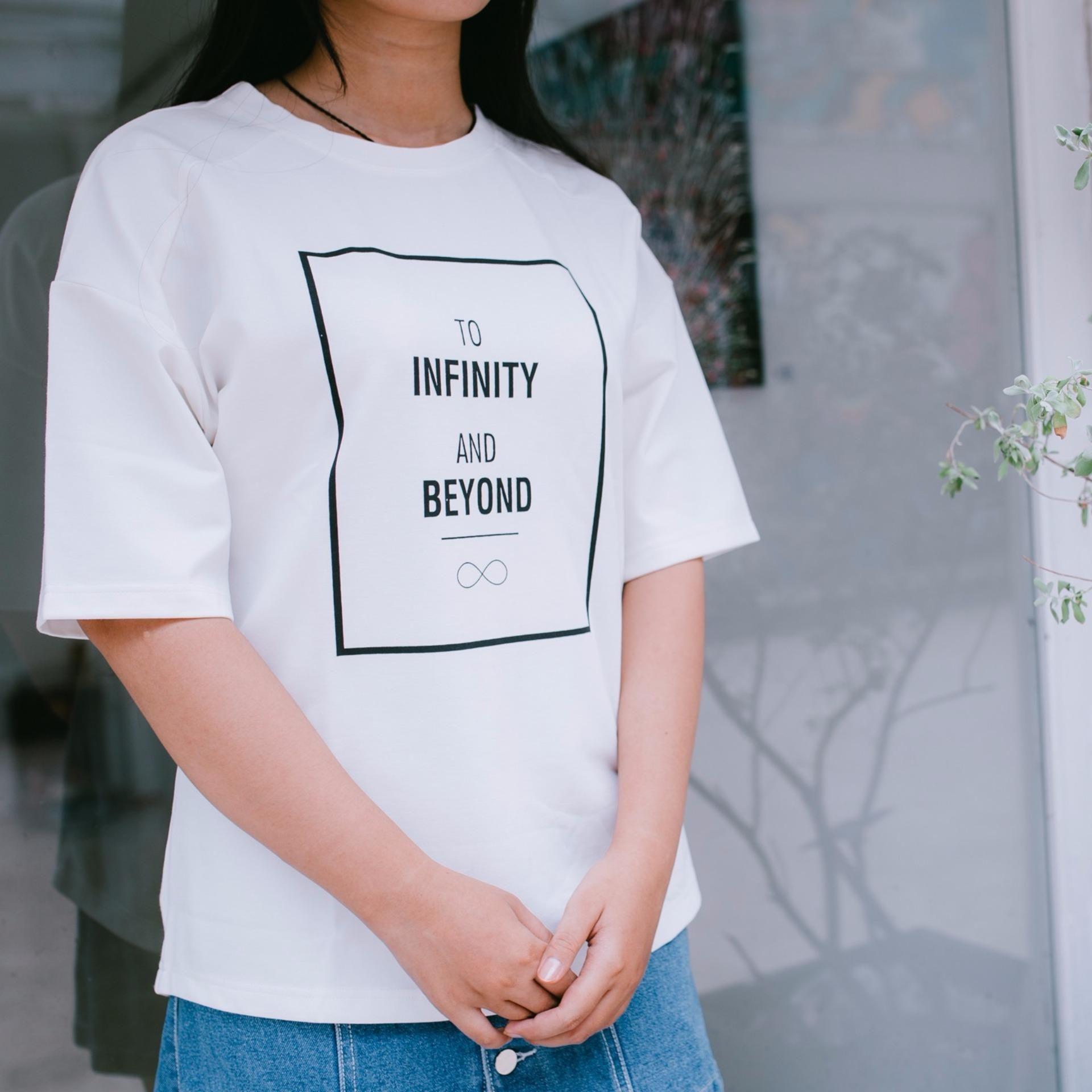 Áo thun trơn cổ tròn font chữ A màu trắng giúp các bạn nữ trở nên cân đối hơn