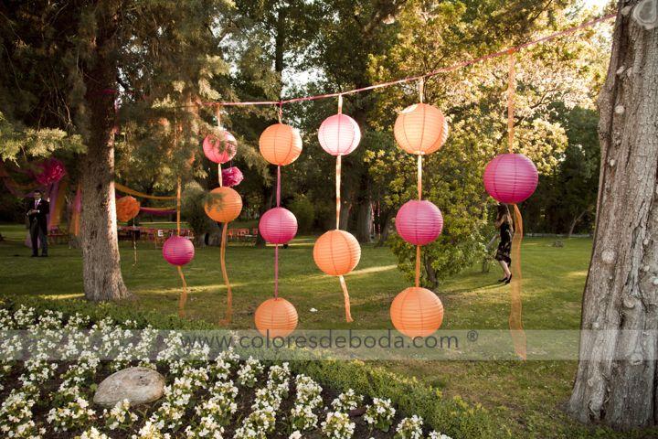 Paper lanterns in fucsia and orange Cortina de farolillos