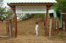 El monumento natural Dunas de Las Calderas, ubicado entre los poblados de Matanzas y Punta Salinas, se localiza a unos 115 kilómetros al oeste de Santo Domingo, al sur de la República Dominicana