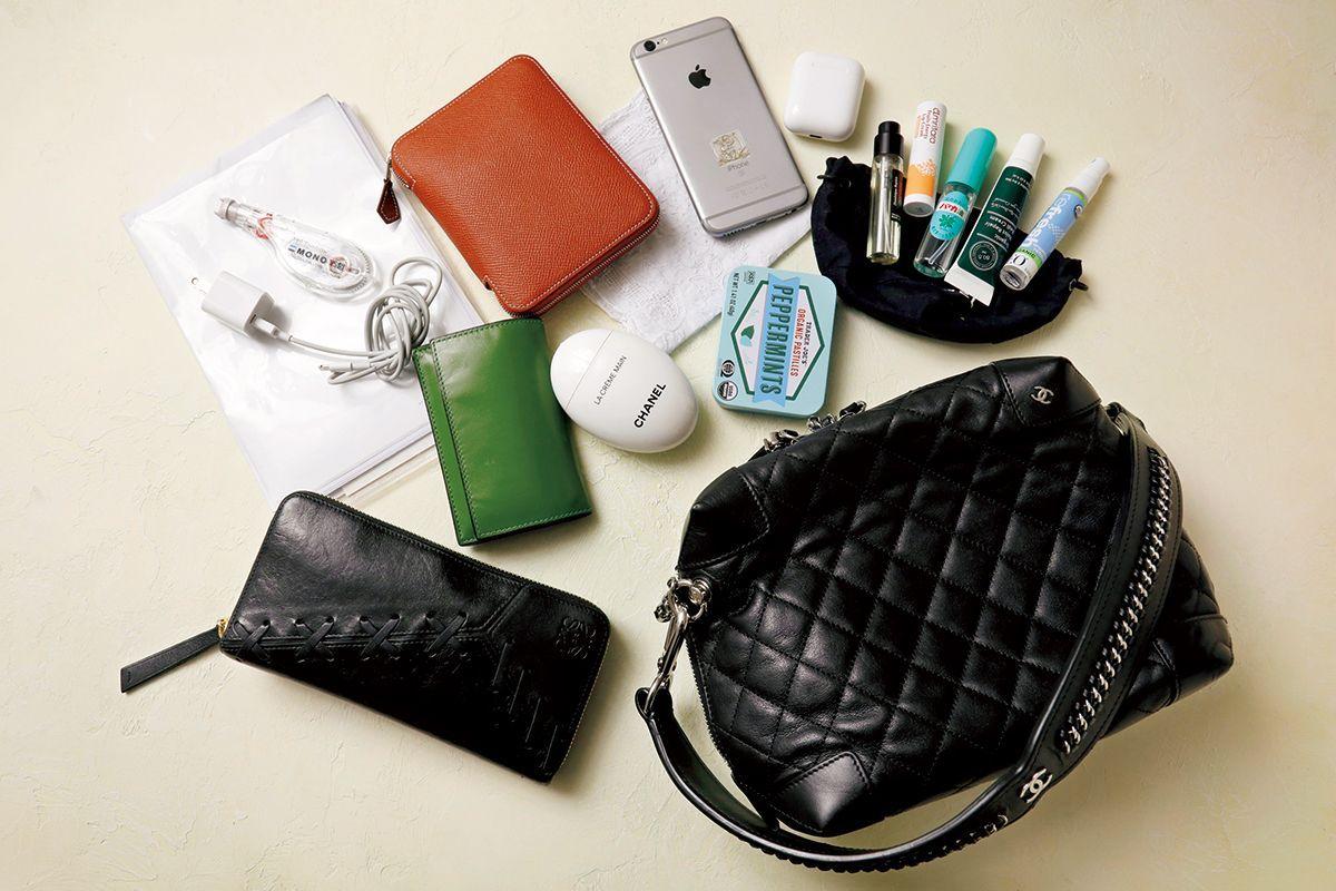 0d57e2a5d15d モードな働く女性3人に聞く、愛用ミニバッグの中身とは? | inside a bag ...