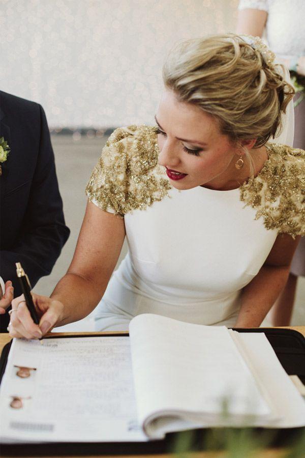 Maßgeschneidertes Brautkleid mit goldenen ...