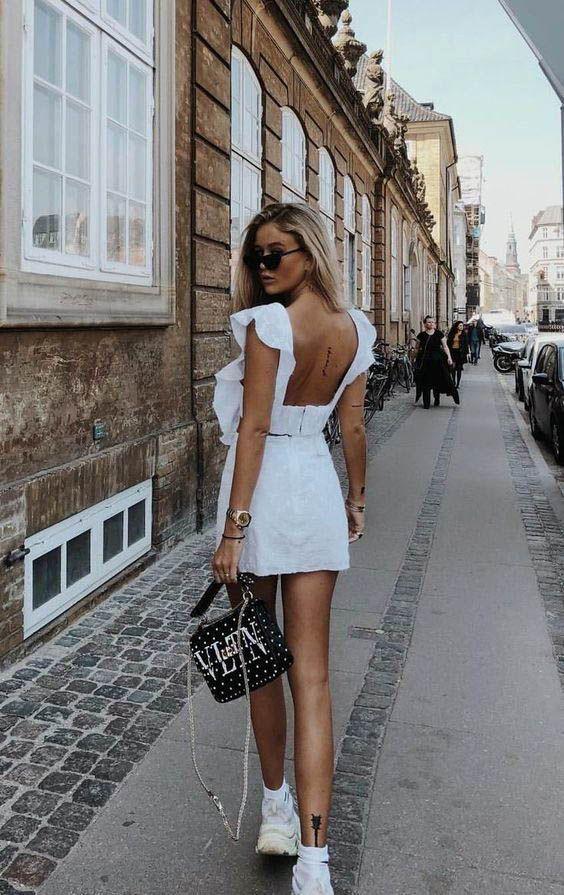Photo of vestido branco curto aberto costas alça babado com tênis-#aberto #alça #babad…