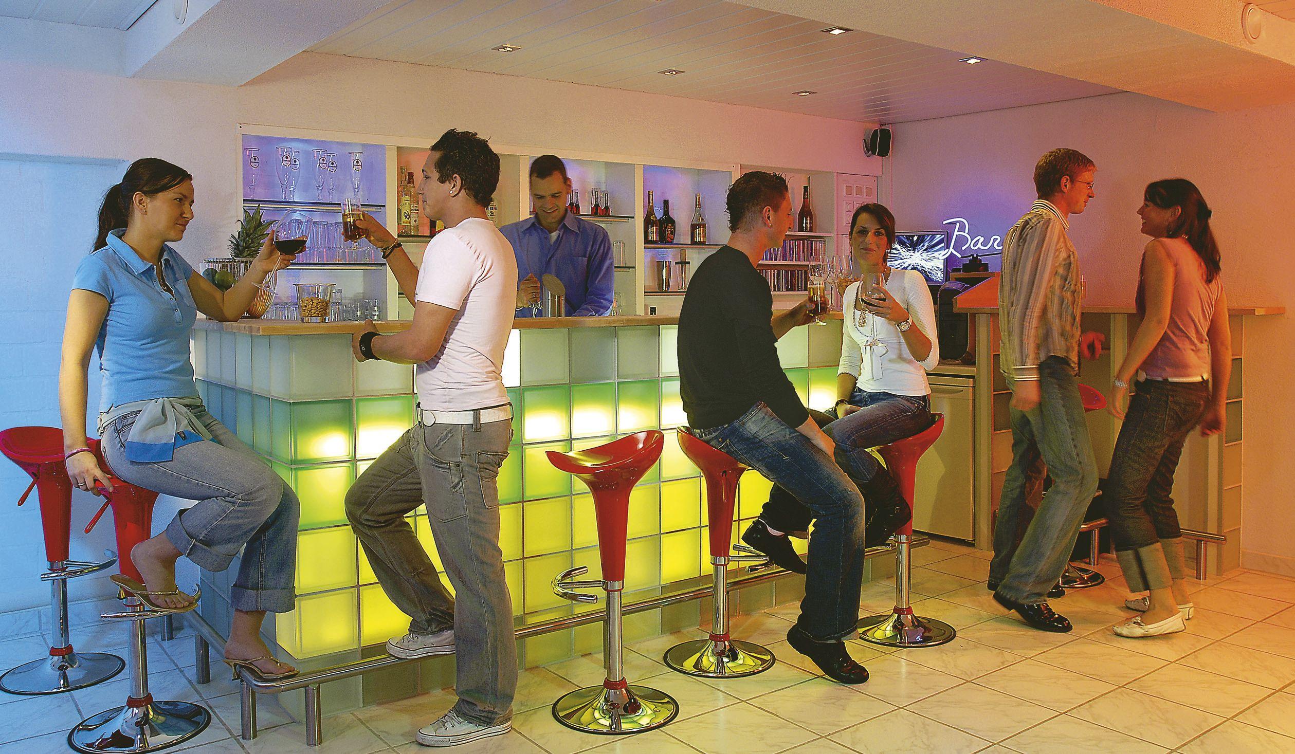 Die eigene Bar selber bauen! Mit einem Tresen aus Glasbausteinen ...