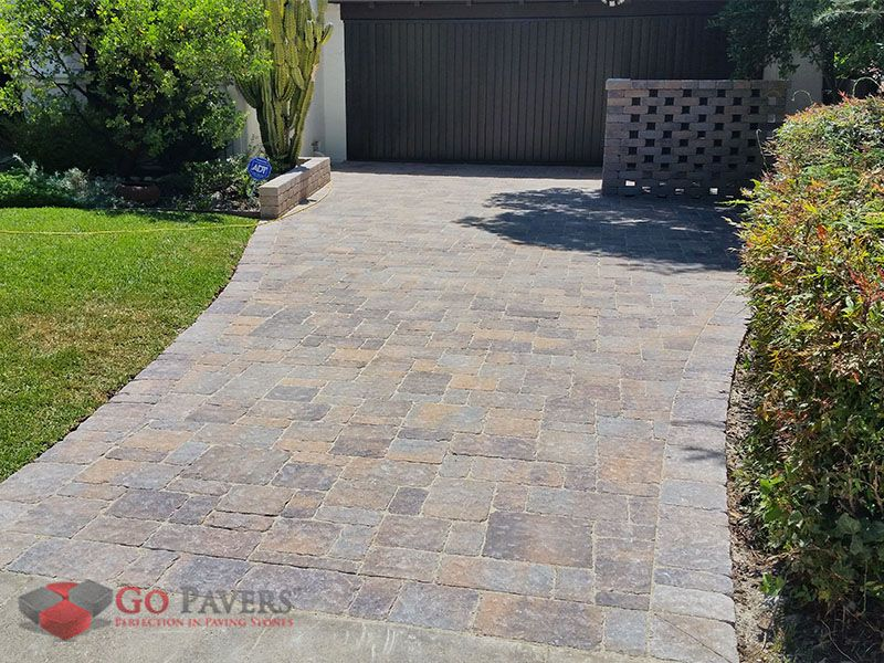the angelus estate cobble paving stone has a surface that looks