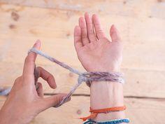 Tutoriale DIY: Cómo tejer una manta con los brazos vía DaWanda.com